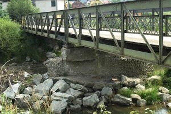 Prietok okolo stredového piliera je kvôli kameňom menší. Pri povodni môžu kamene narobiť problémy.