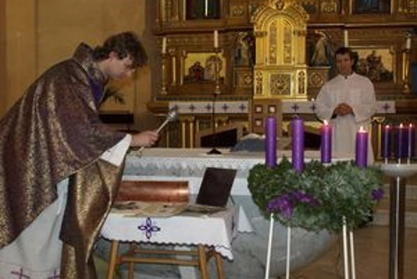 Všetky predmety posvätil v kostole kňaz František Trstenský.