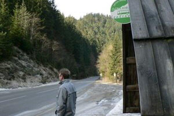 Zázrivčania v niektorých dolinách sa nemajú počas čakania na autobus kde posadiť. Časti zastávok chýbajú miesta na sedenie.