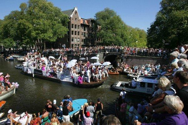 Amsterdam zaplavili masy turistov.
