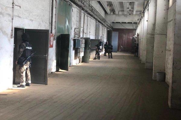 Dvadsiatich Ukrajincov našli v priestoroch družstva.