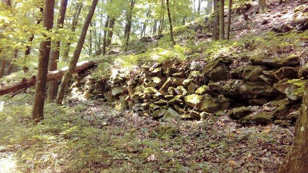 Pozostatky koľajových zvrškov vTribečských horách.