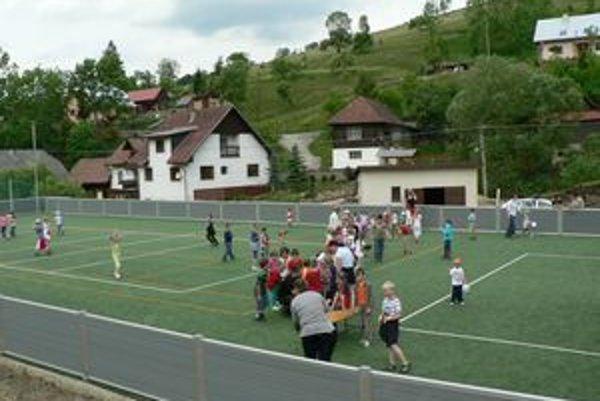 Podgurážená mládež v Pucove si berie najčastejšie na mušku ihrisko pri škole a okolie kultúrneho domu.