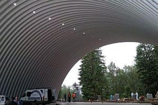 Snímka je z výstavby haly, s ktorou začali v marci 2011 a v novembri ju už otvárali.