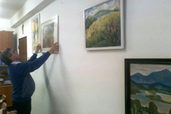 Obrazy od uznávaných umelcov visia v kancelárii starostu aj prednostu.