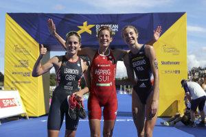 Preteky vyhrala Nicola Spirigová (uprostred). Striebro získala Britka Jess Learmonthová (vľavo), bronz Francúzka Cassandre Beaugrandová.
