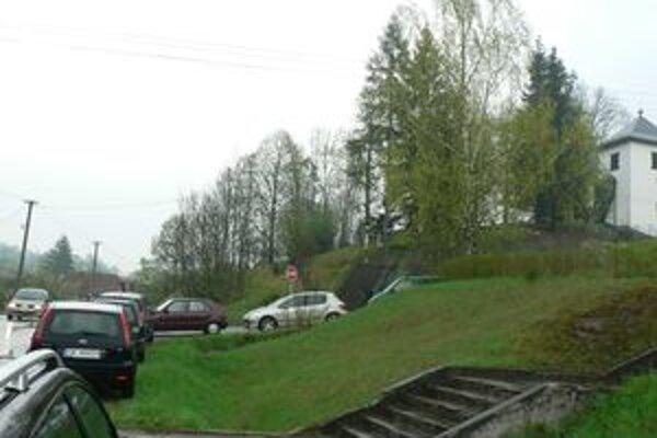 Autá počas omší  blokujú hlavnú cestu v dedine.