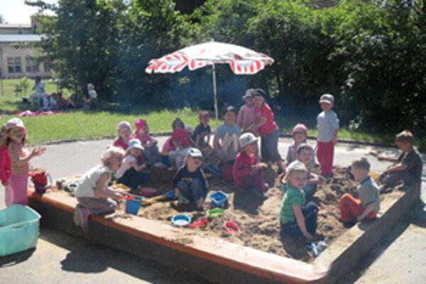 Na jedinej rovnej ploche pri škôlke sú dve pieskoviská a časť ihriska. Deti sa tam hrajú aj učia.