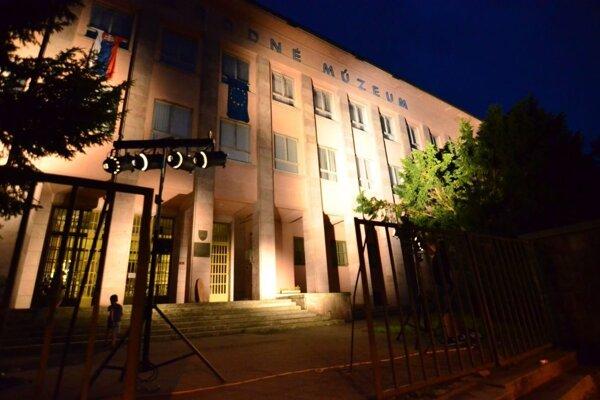 Fasáda budovy SNM má nové nasvietenie.
