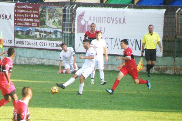 Novozámčania (v bielom) prehrali s Púchovom 0:2.