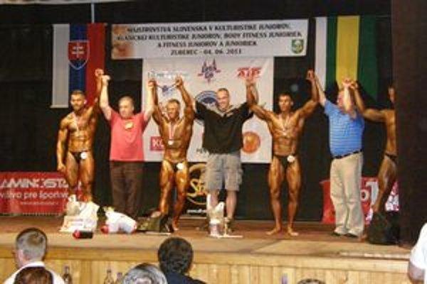 Najúspešnejšia oravská kategória nad 80 kg. Tretí zľava majster Slovenska Roman Vavrečan, piaty zľava bronzový Peter Smolár.