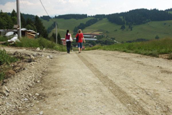 Cesta spájajúca dve časti dediny je spevnená modernou metódou.