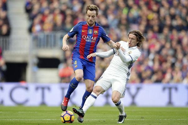 Luka Modrič (vpravo) by si mohol dres Realu Madrid obliekať aj naďalej.