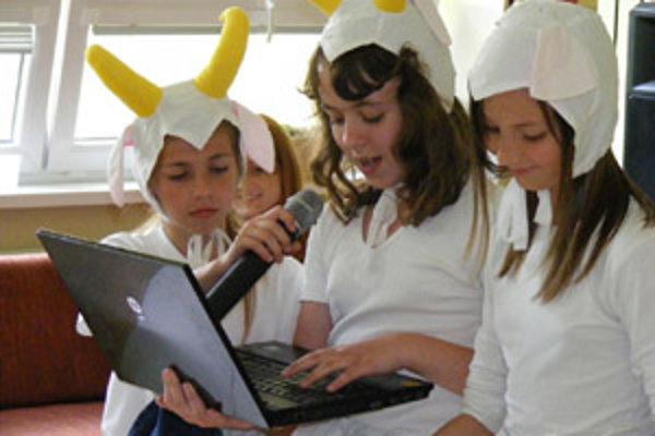 V scénkach poukázali na nebezpečenstvá internetu aj deti zo základnej školy.