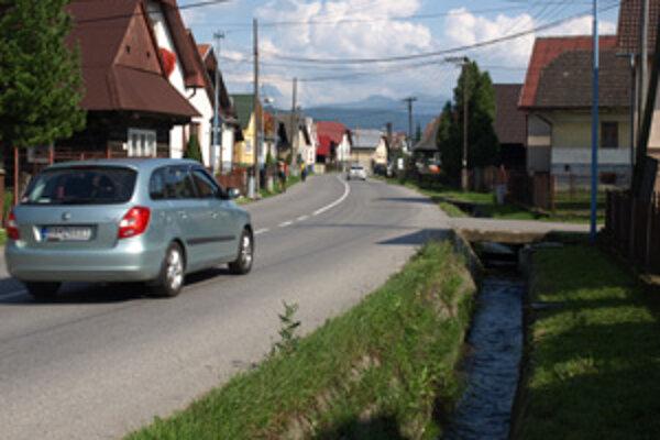 Bezpečnosť chodcov by sa mala zvýšiť prekrytím potoka a vybudovaním chodníka.