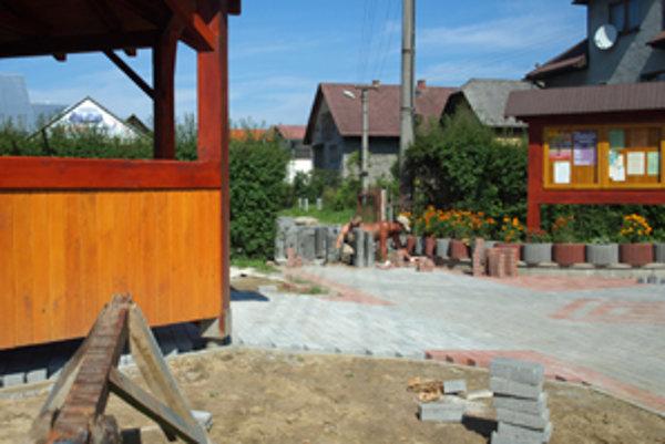 Do začiatku školského roka bude vstup do školy kompletne zrekonštruovaný.