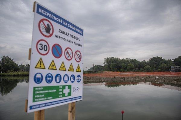 Podľa aktivistov konzorcium stavia podľa nového projektu bez stavebného povolenia, a teda načierno.