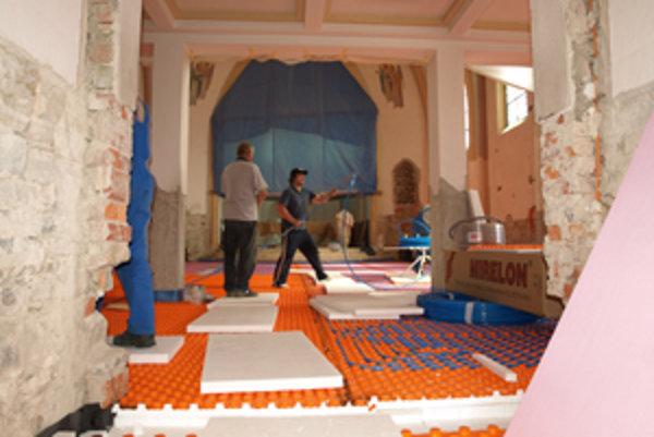 Robotníci a dobrovoľníci rekonštruovali interiér kostola sto dní.