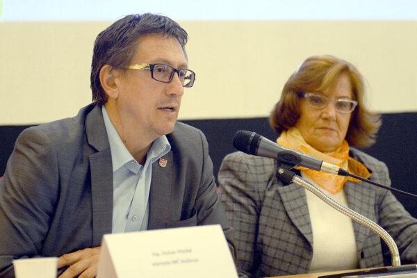 Dôvodom abdikácie má byť to, že starosta Dušan Pekár systematicky odmieta všetky návrhy na riešenie vzniknutej situácie v mestskej časti.