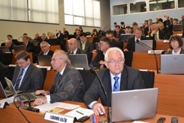 Krajskí poslanci v utorok pozastavili transformáciu nemocníc ŽSK na akciové spoločnosti.