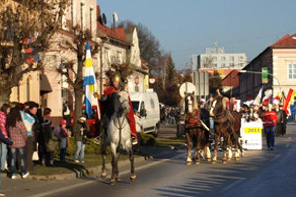Sprievod mestom viedol jazdec na koni s mestskou vlajkou.