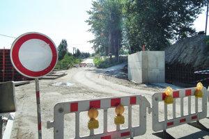 Cesta do Brezovice je uzavretá. Prejsť sa po nej dá. Železnice SR však dočasné sprejazdnenie počas prác vylučujú.