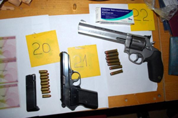 Zbrane a strelivo, ktoré v máji 2011 zaistili policajti pri vyšetrovaní prípadu údajného kanibalizmu.