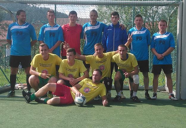 Finalisti futbalového turnaja spoločne zapózovali. Vžltom hráči Starej Bystrice, vmodrom Juwe Bloky.
