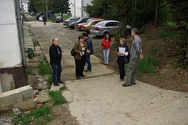Zástupcovia mesta sa dohodli s obyvateľmi na dočasnom riešení.