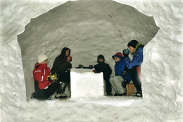 Snehovú raritu stavali piati chlapci päť hodín.