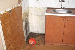 Zničené zariadenie v bytoch po neplatiacich nájomníkoch.