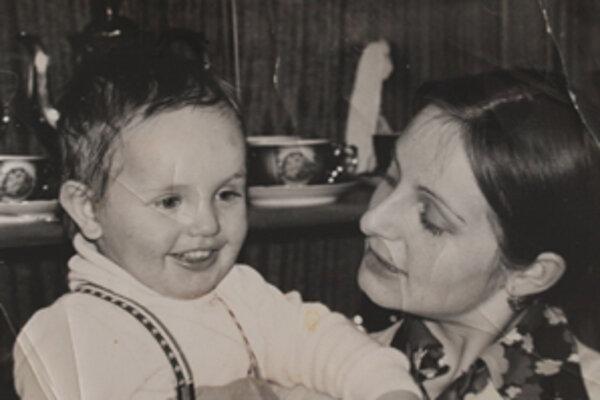 Mária s trojročným synom Milošom krátko pred odchodom zo Slovenska.