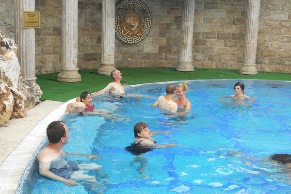 Spoločne si vo vode zacvičili, aj sa zrelaxovali a užívali si tak teplú liečivú vodu.
