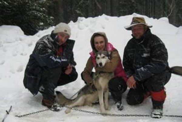 Veronika Juhanaková (v strede)prišla povzbudiť psov zo svojho chovu, ktorých majú v záprahoch Ľuboš Strapec (vľavo) a Peter Vrábeľ. Česká reprezentantka mohla byť na psíkov hrdá.