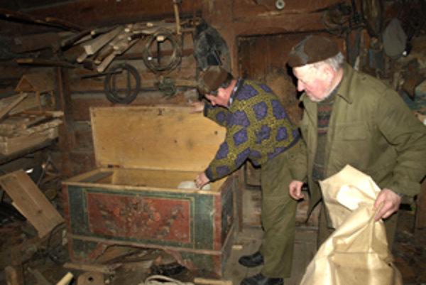 Len o niečo mladšia ako najstaršia drevenica v dedine by mala byť aj táto truhlica.