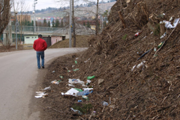 Odpadky sa sypú na cestu.