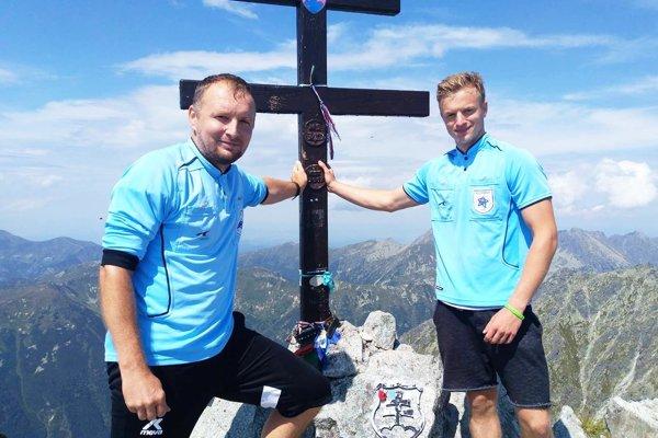 Peter Hodúr so synom Adriánom na vrchole Kriváňa. Spolu viedli nejeden futbalový zápas.