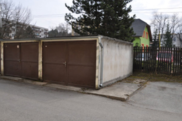Za prenájom dvoch strážených garáží a jedného parkovacieho miesta mesto dostáva necelých 300 eur ročne.