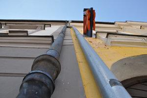Ani pád z desaťmetrovej výšky neodradil 23-ročného mladého muža, aby sa po odkvapovej rúre opäť vyšplhal na strechu.