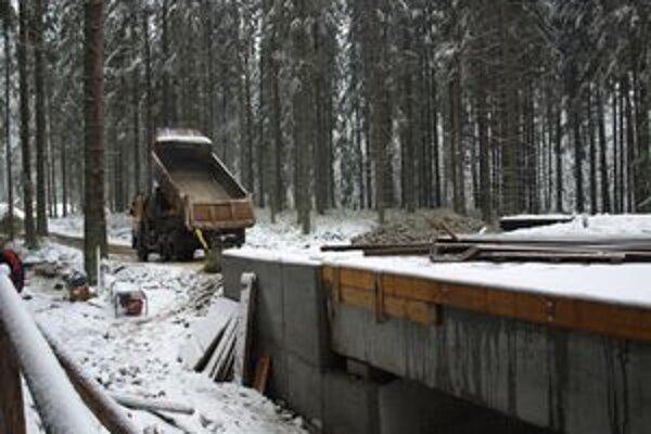 Na novej ceste robotníci pripravujú aj prechody ponad tunajšie potoky. Jedným z nich bude i tento most.