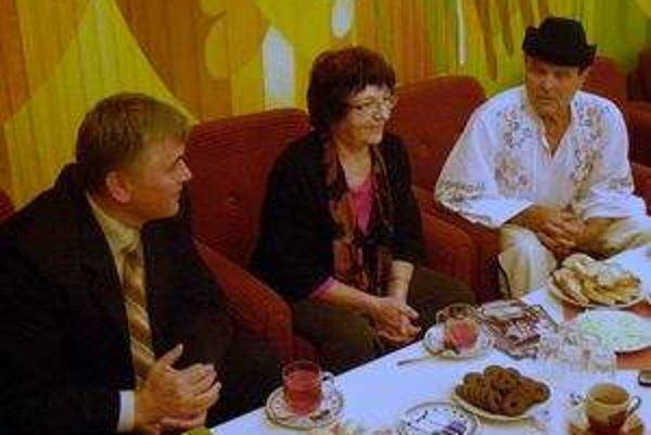 Priateľ Karol Grigel priviedol Marínu Valentsovovú aj do Oravského Veselého, za folkloristami a zberateľmi ľudových piesní, manželmi Paulínou a Serafínom Ganobčíkovcami.