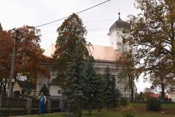 Medený plech, ktorý Bobrovčania použili na pokrytie strechy kostola, by mal vydržať minimálne sto rokov.