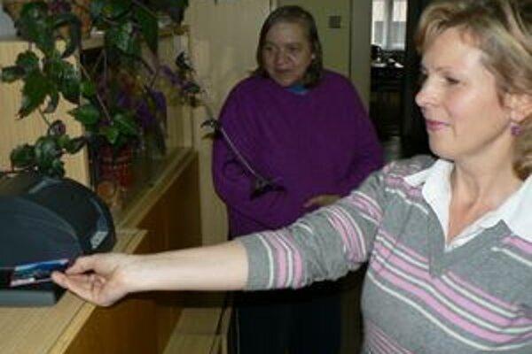 Karta v praxi - jej držitelia môžu cez ňu uhrádzať ubytovanie, stravu a robiť s ňou aj nákupy.