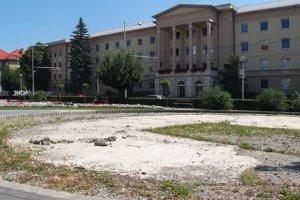 Fontánu pred mestským úradom má firma dokončiť v novembri.