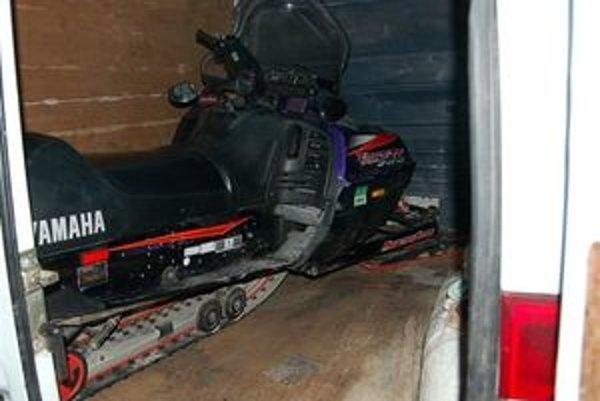 Ukradnutý skúter našli policajti v aute, ktorým ho zlodej odviezol od pôvodného majiteľa.