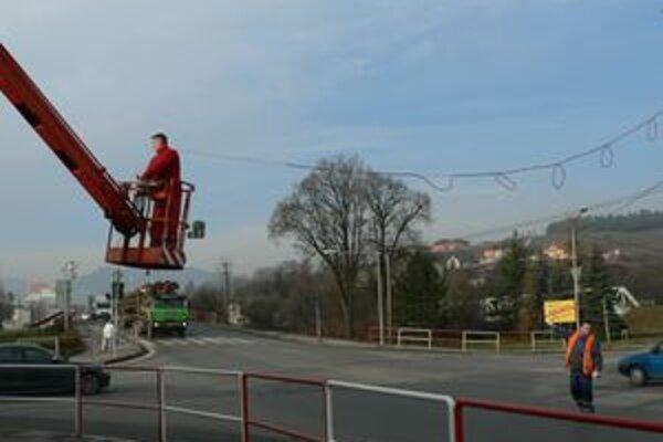 Pracovníci Technických služieb nainštalovali väčšinu sviatočných svetiel tento týždeň. Mesto by mali prvýkrát osvetliť v piatok 4. decembra.