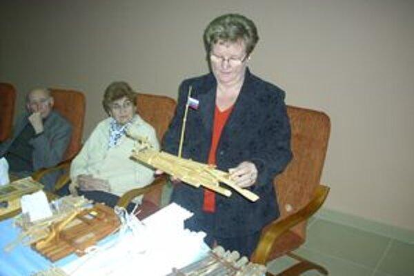 Predsedníčka Slovenskej samosprávy v Budapešti Zuzana Hollósyová dostala od starostu Eugena Dedinského zmenšenú maketu tradičnej nižnianskej plte.