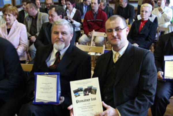 Starosta Štefanova nad Oravou Jozef Kakačka (vľavo) a autor štefanovskej monografie Ivan Maťuga s ocenením Matice slovenskej.