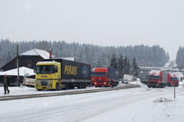 Dnes už kamióny nestoja na ceste až po obzor na poľskej strane, no na priechode je stále husto.