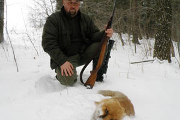Stanislav Revaj so svojím podivným úlovkom – líškou, ktorej chýbajú uši.